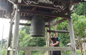 09-07 Zen Meditation exp. - Marius E. Ringing the bell
